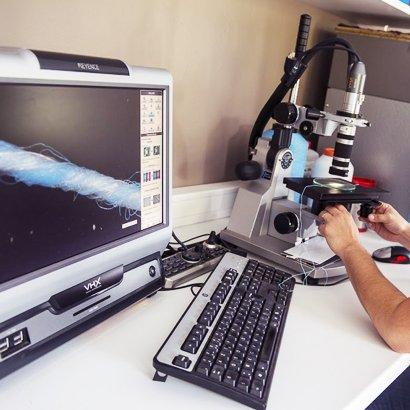 Recherche textile sur microscope et ordinateur